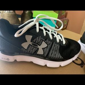 4a25d40b Girls Black Under Armour Tennis Shoes Size 6 NWT